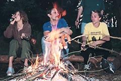 Płonie ognisko w lesie
